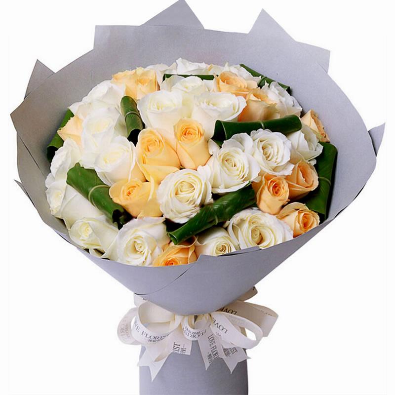 香槟玫瑰淡雅脱俗,优雅清新,散发出浓郁的爱意,寓意我只钟情你一个,白