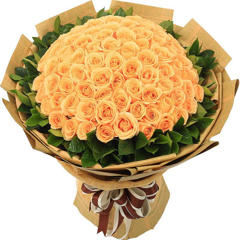 守候爱情:99朵香槟玫瑰,外围搭配适量栀子叶。_鲜花-中国鲜花快递网