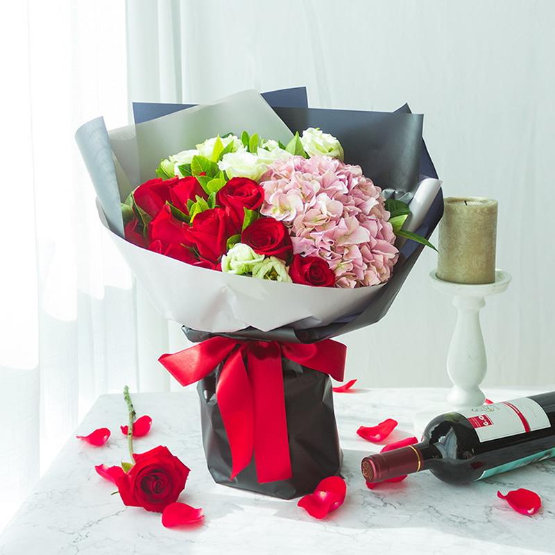 浪漫香气:11枝红色玫瑰,1枝粉绣球,绿色洋桔梗、栀子叶搭配_鲜花-中国鲜花快递网